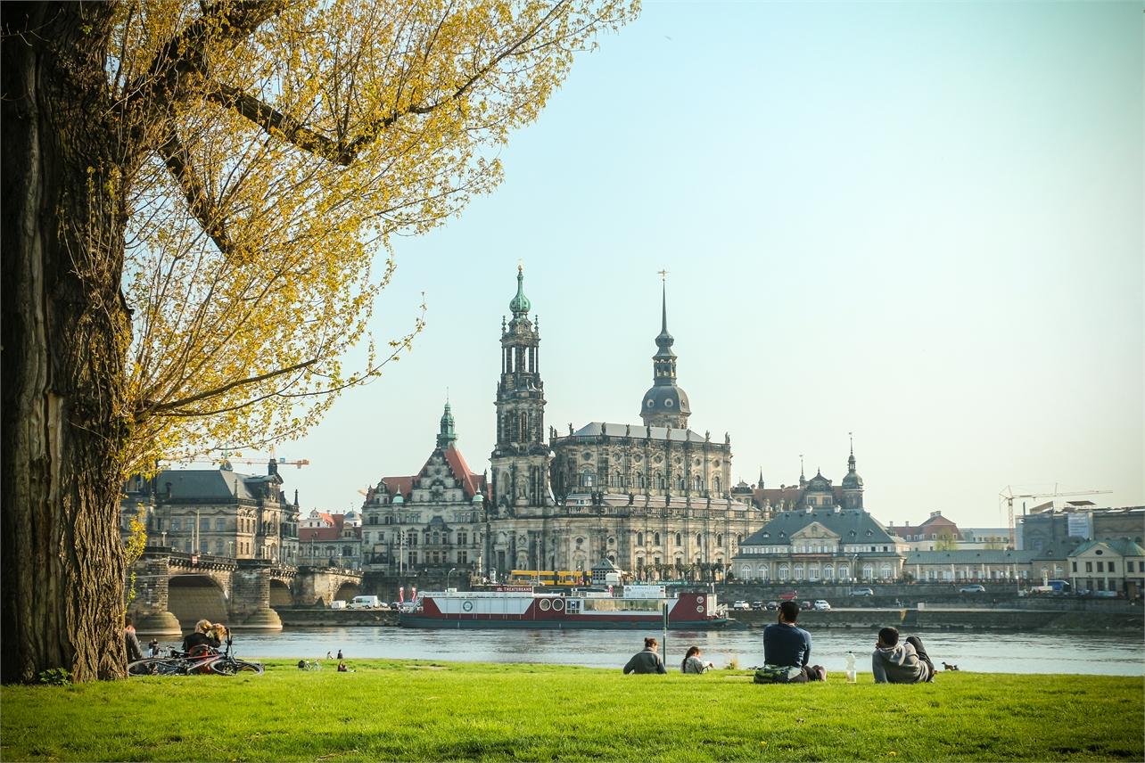 Gemütliches Päuschen auf den frühlingshaften Elbwiesen gegenüber der historischen Kulisse Dresdens