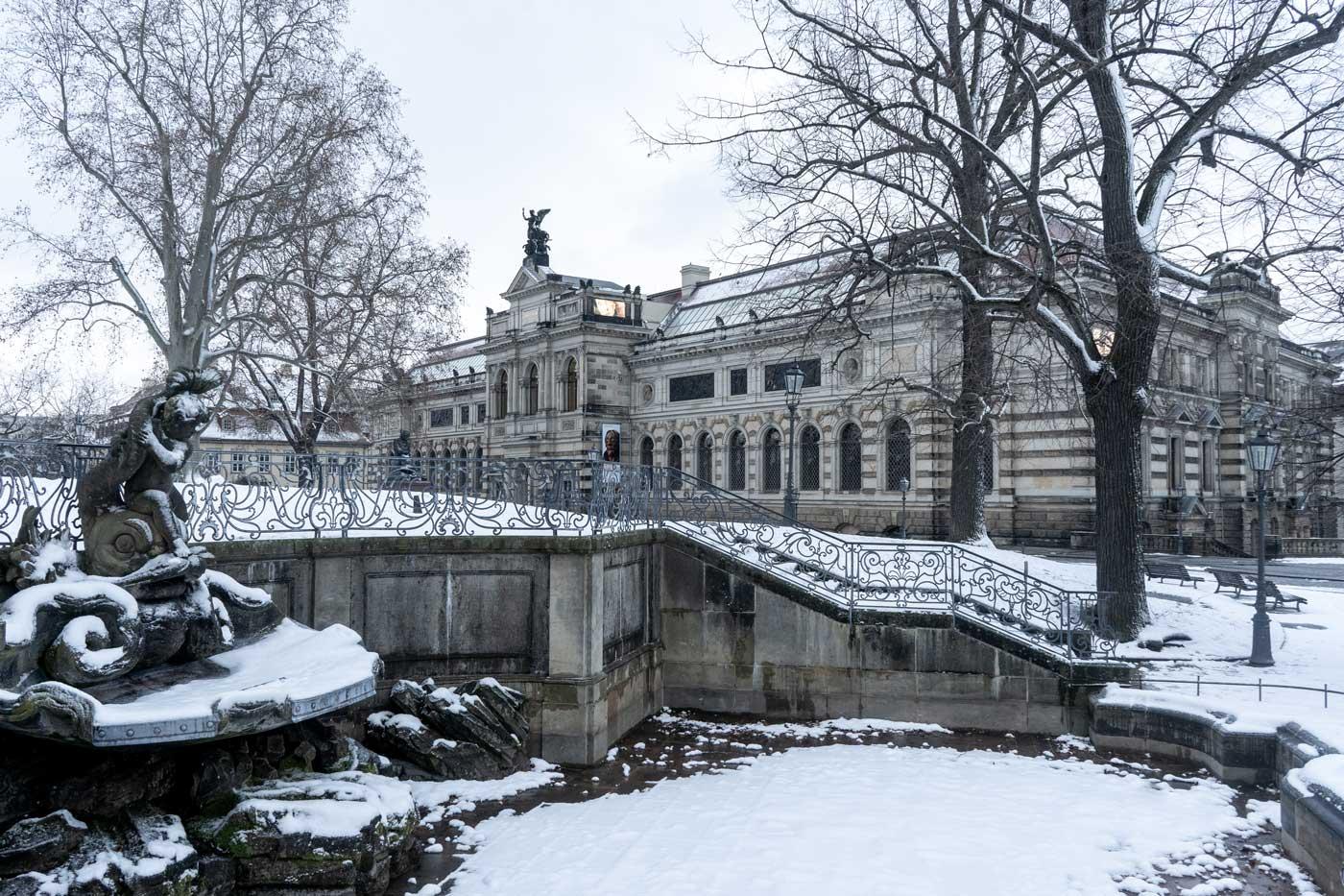 Blick durch den verschneiten Brühlschen Garten auf das Albertinum