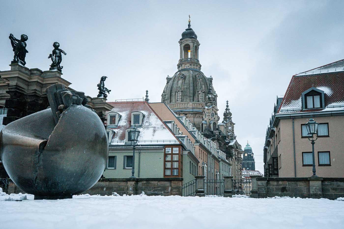 Blick von der verschneiten Brühlschen Terrasse Richtung Münzgasse und auf die Dresdner Frauenkirche im Winter