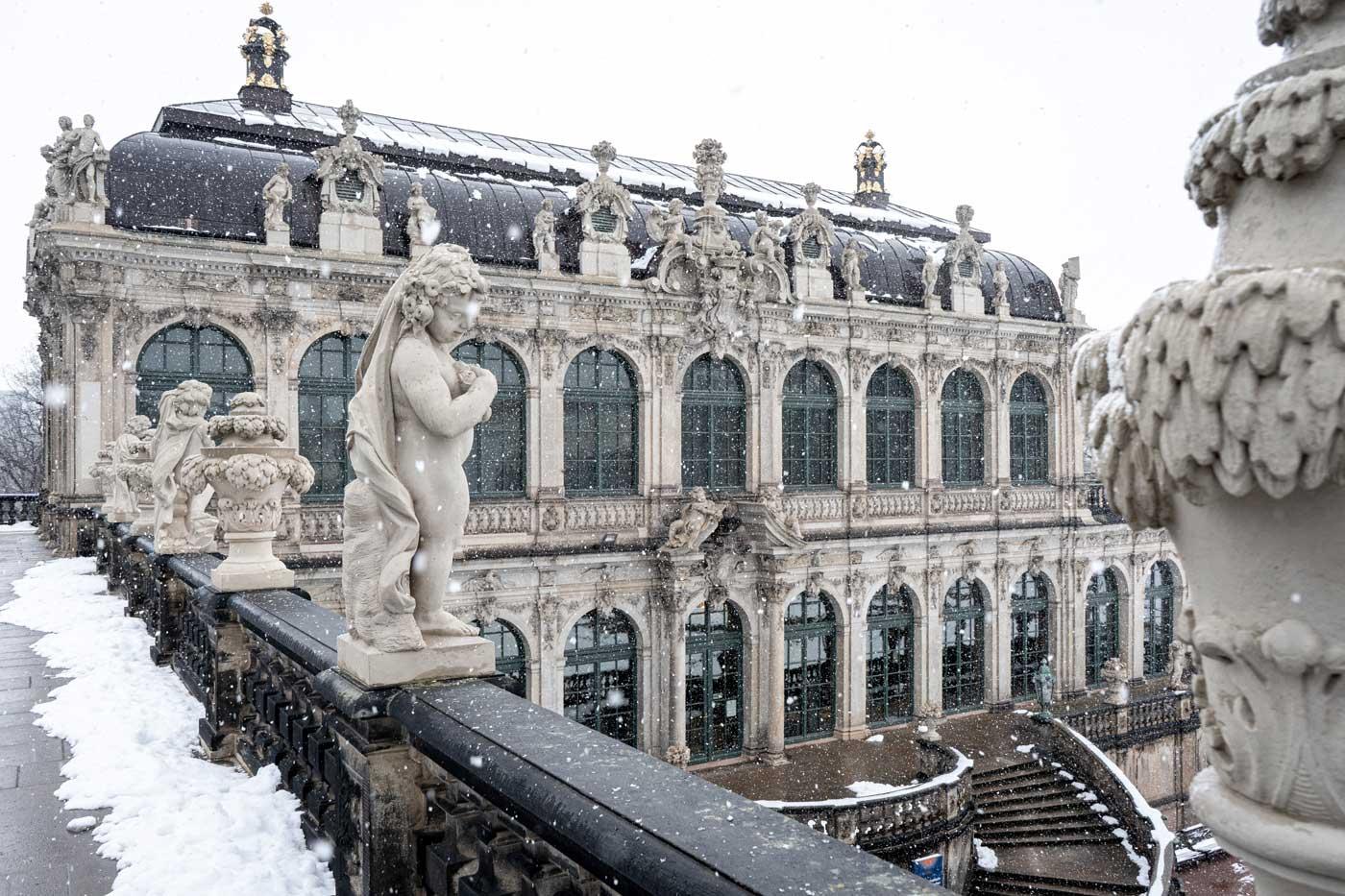 Blick in den verschneiten Innenhof des Dresdner Zwingers.