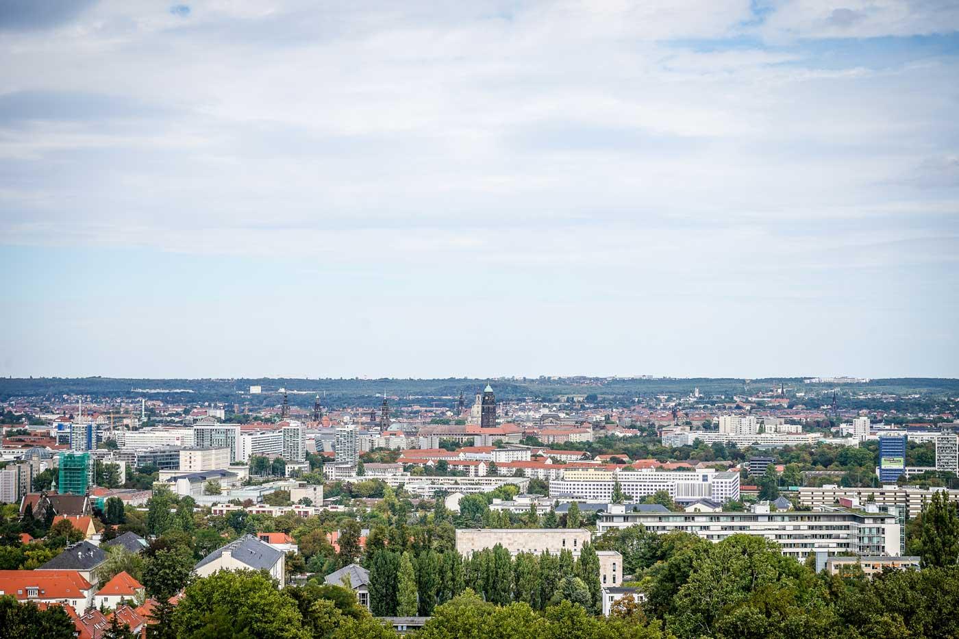 Ausblick auf Dresden von der Bismarcksäule auf der Räcknitzhöhe. Blick auf Frauenkirche, Rathausturm, Hausmannsturm, Hofkirche und SLUB.