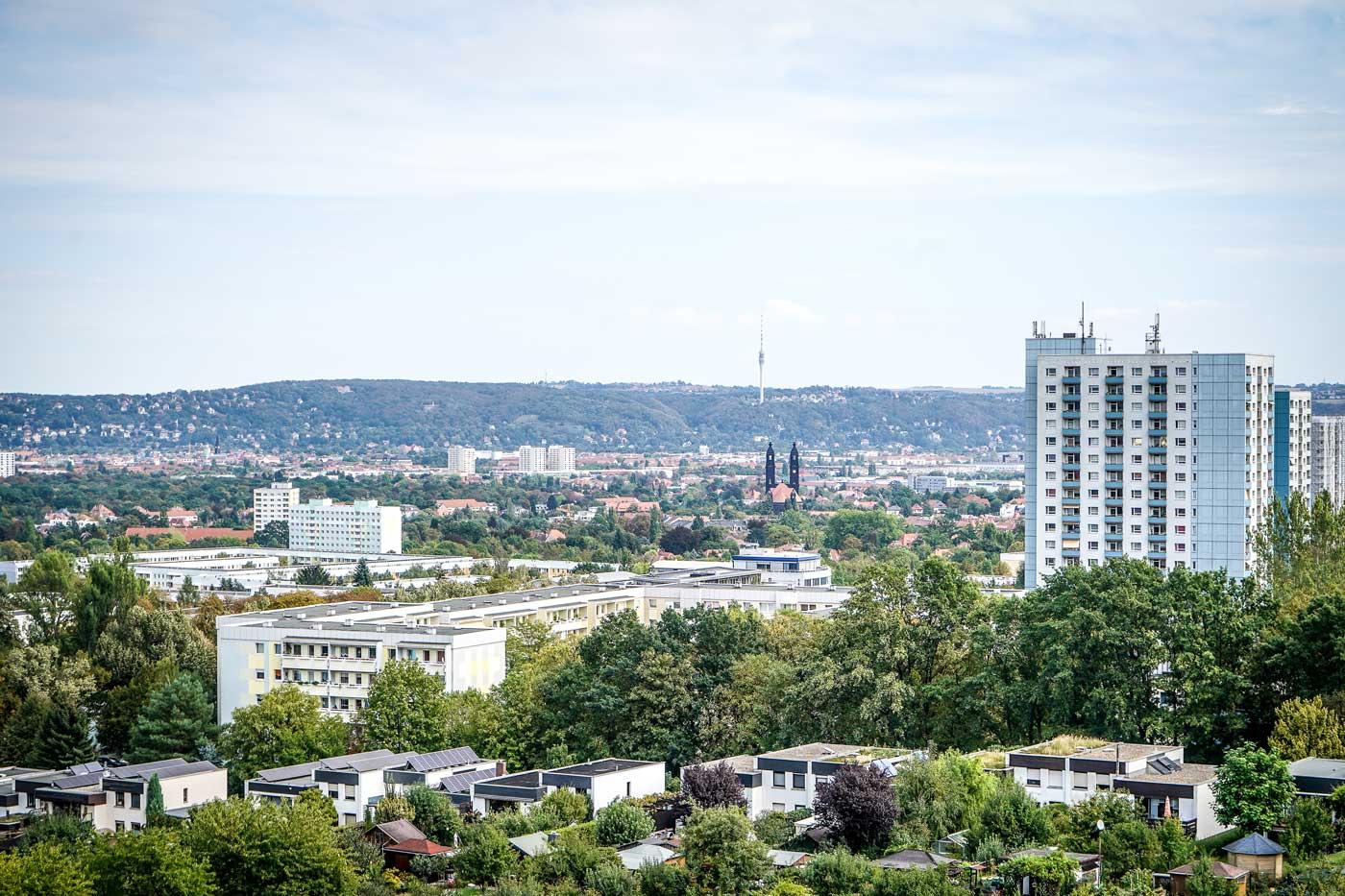Ausblick auf Dresden von der Bismarcksäule auf der Räcknitzhöhe. Blickrichtung Dresden-Strehlen mit der Christuskirche.