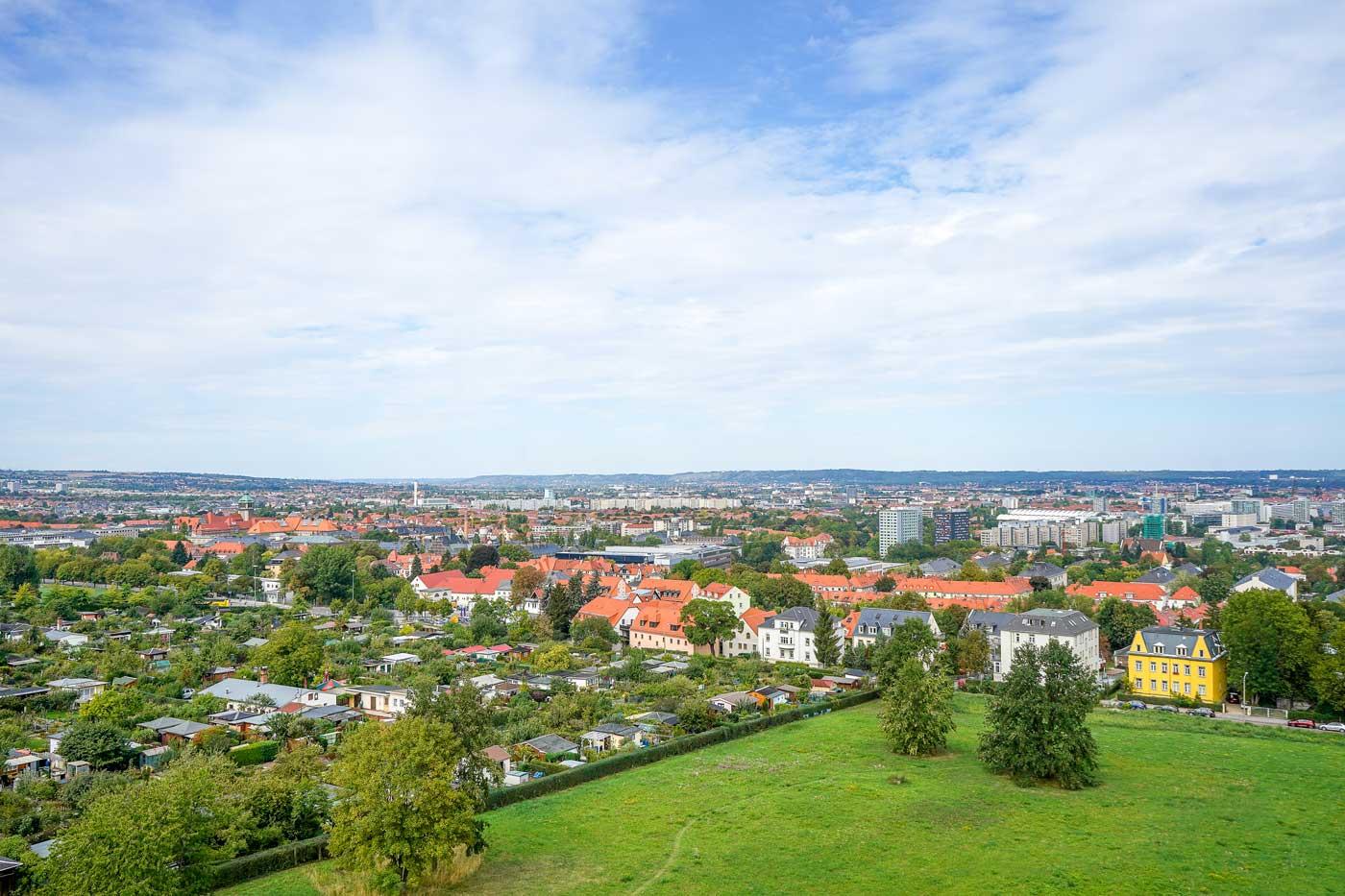Ausblick auf Dresden von der Bismarcksäule auf der Räcknitzhöhe.