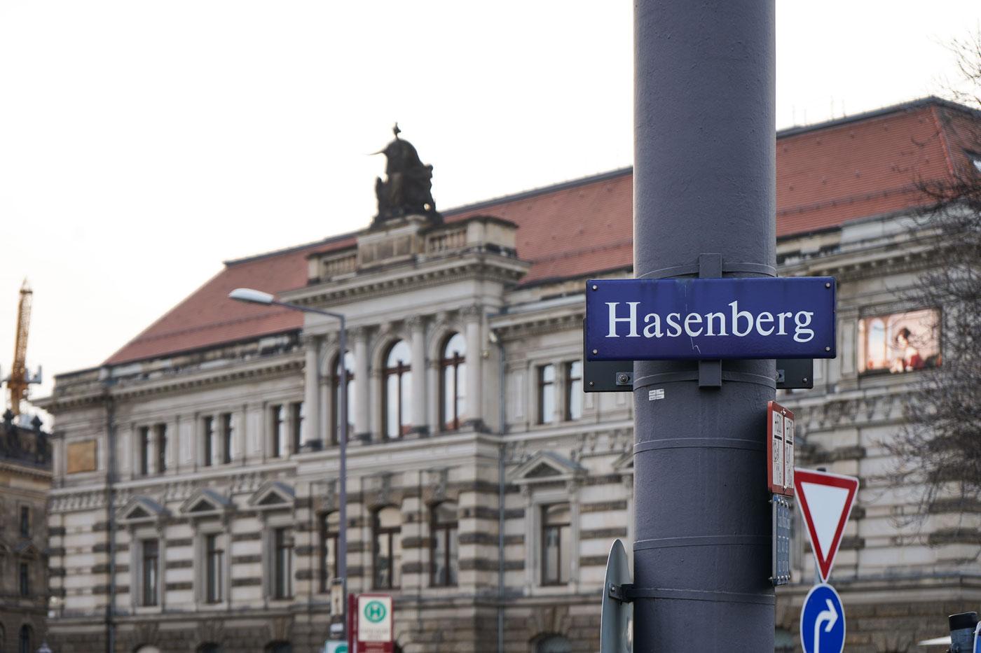 """Dresdner Straßenschild mit der Aufschrift """"Hasenberg"""""""