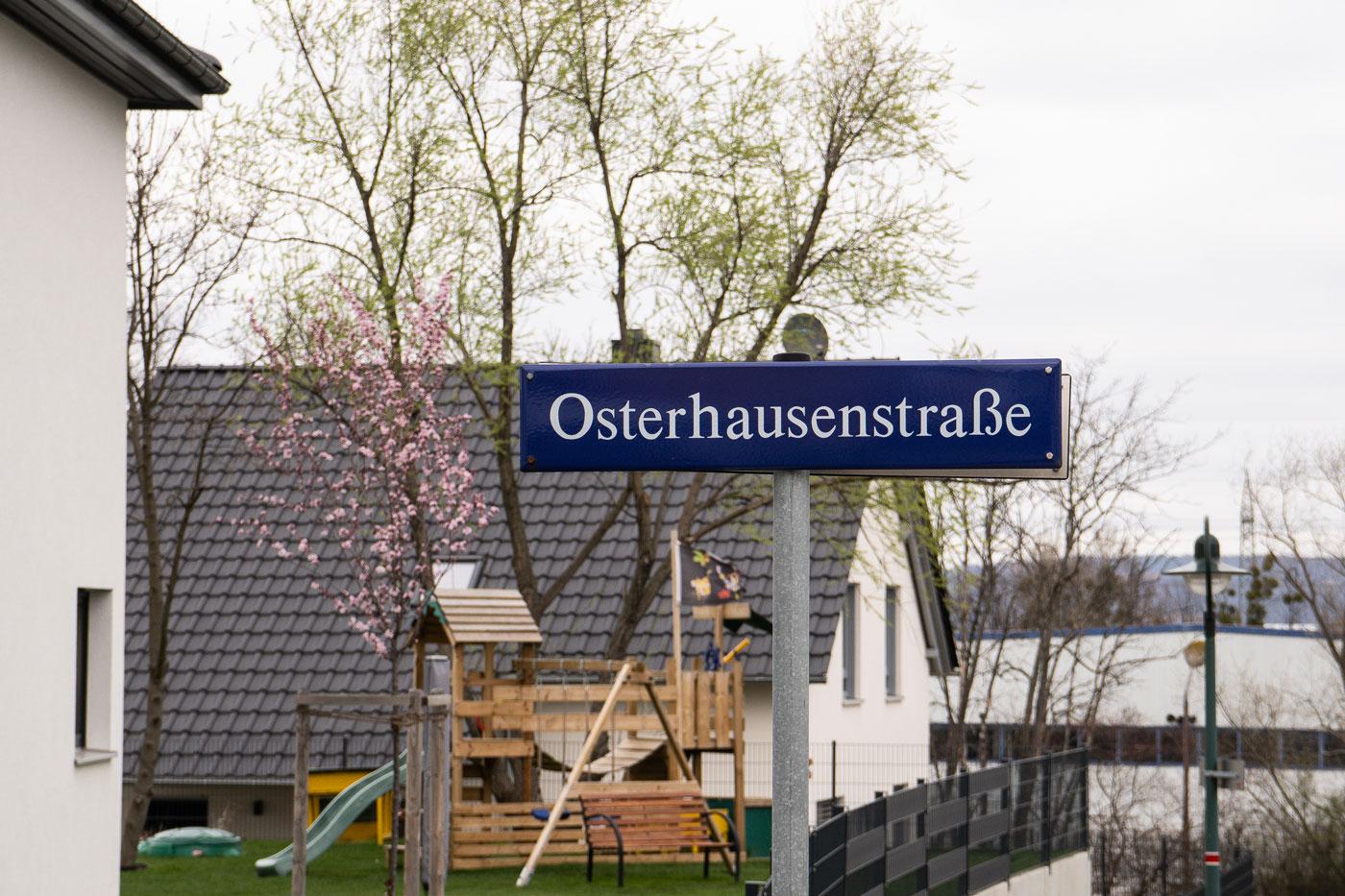 """Dresdner Straßenschild mit der Aufschrift """"Osterhausenstraße"""""""