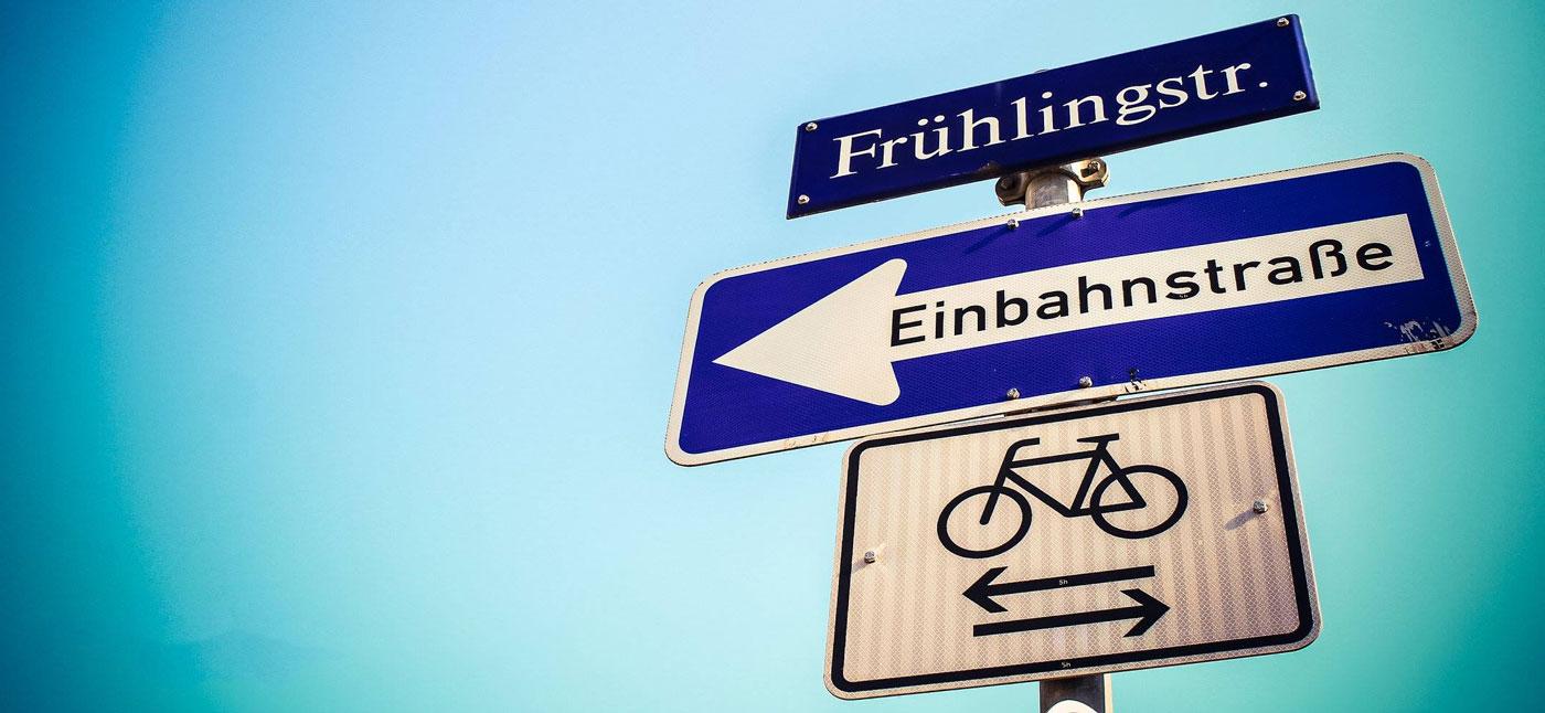 """Dresdner Straßenschild mit der Aufschrift """"Frühlingstraße"""""""
