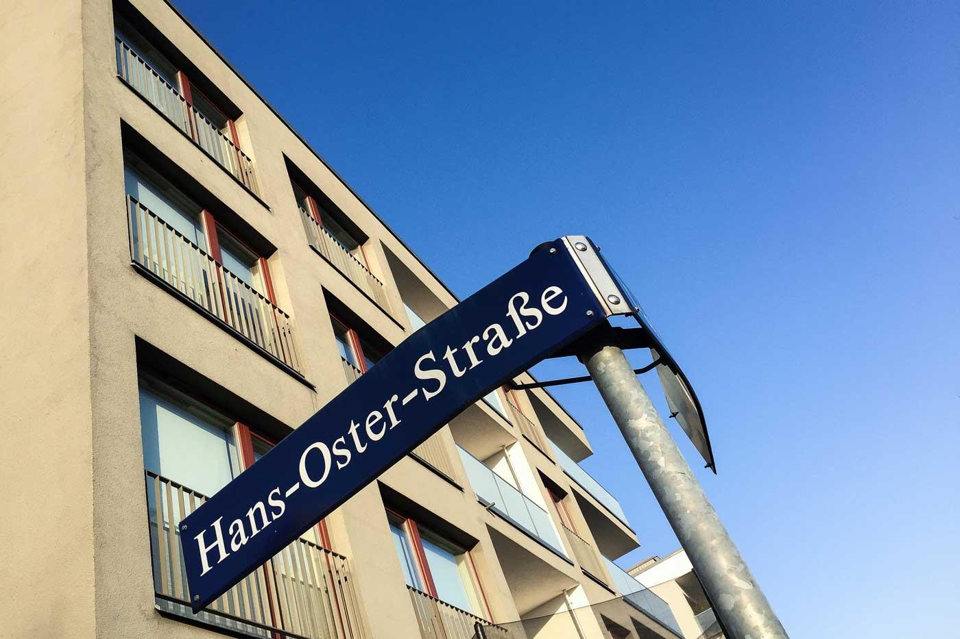 """Dresdner Straßenschild mit der Aufschrift """"Hans-Oster-Straße"""""""